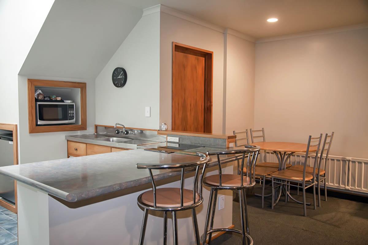 Haast Beach Motels - Apartment kitchen