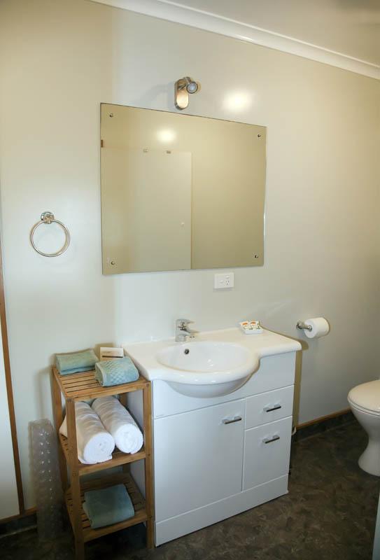 Haast Beach Motels - Studio bathroom